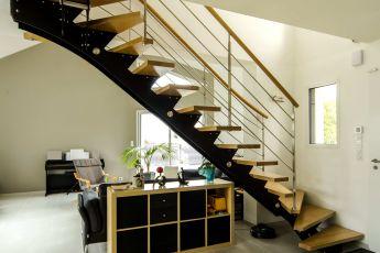 Maisons Bouvier : escalier en bois et acier laqué