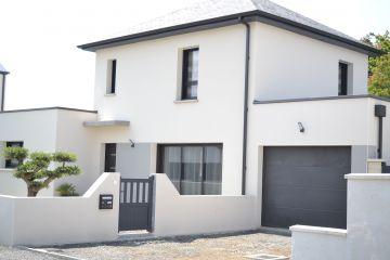 Façade maison nord-loire, toit plat et ardoise noire, maison contemporaine réalisée par maisons bouvier